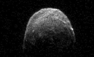 Un astéroïde de la taille d'un porte-avions frôlera la Terre mardi soir, et sera le plus gros objet céleste à s'approcher aussi près de notre planète depuis 1976, mais sans aucun risque de collision, assure la Nasa