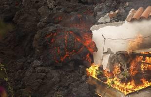 La lave d'un volcan engloutit un bâtiment près d'El Paso sur l'île de La Palma aux Canaries, en Espagne, le 20 septembre 2021.
