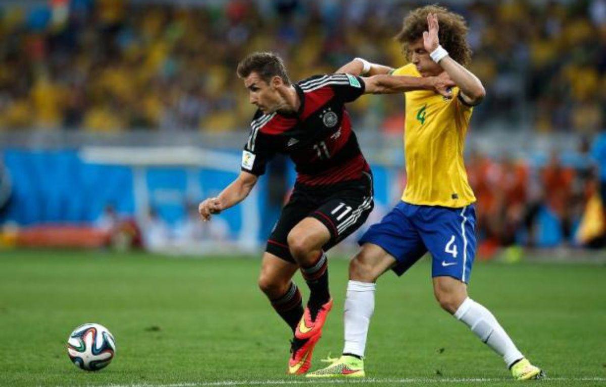 Miroslav Klose et David Luiz lors de la demi-finale Allemagne Brésil le 8 juillet 2014 à Belo Horizonte – Adrian Dennis AFP