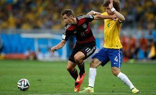 Miroslav Klose et David Luiz lors de la demi-finale Allemagne Brésil le 8 juillet 2014 à Belo Horizonte