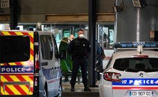Un policier à la gare de Lyon Perrache après qu'un bus en provenance de Milan a été bloqué en raison d'une suspicion de coronavirus à bord