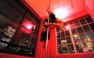 Une jeune femme s'entraîne pour le championnat américain de pole dance, à New York.