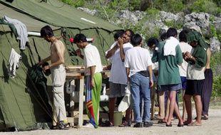 Des migrants dans le centre de Nauru, en Océanie, en septembre 2001.