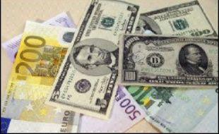 L'euro a franchi le seuil de 1,26 dollar vendredi à Londres, pour la première fois depuis près d'un an, au terme d'une semaine de mauvaises nouvelles pour le billet vert, couronnée par un regain des tensions avec l'Iran, selon des cambistes.