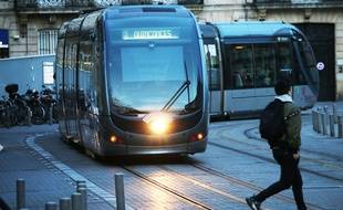 Illustration piéton traversant devant un tramway, ici à Bordeaux