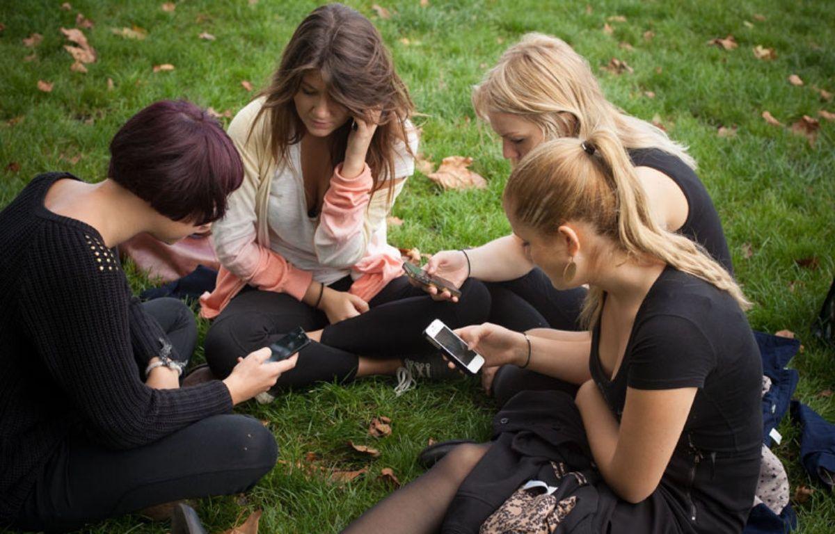 Illustration de jeunes habitués à manier les smartphones.  –  POUZET/SIPA