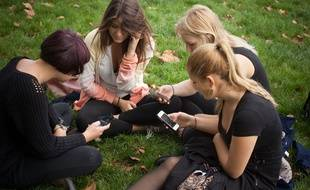 Illustration de jeunes avec leurs smartphones.