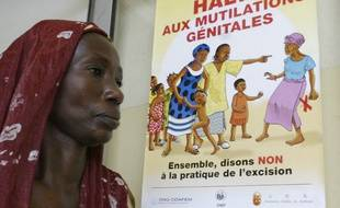 Une femme devant une affiche anti-excision à Abidjan, en 2005.