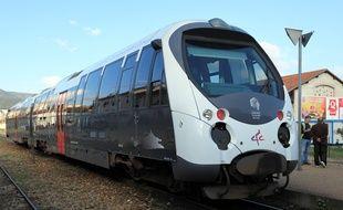 Un train en Corse en gare de Corte
