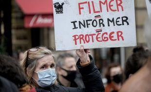 Une manifestante contre la loi sécurité globale, le 16 mars 2021 à Paris.