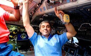 Léopold Eyharts s'apprête à déjeuner dans la Station spatiale internationale, le 15 février 2008