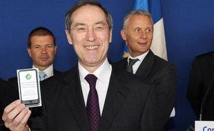 Le  ministre de l'Intérieur Claude Guéant pose avec un tract d'information du ministère de l'Intérieur sur les vols de téléphones portables,  lors d'une conférence de presse en marge d'un déplacement le 14 avril 2011 à  Juvisy-sur-Orge.