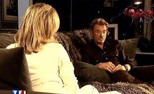 Captire d'écran de Johnny Hallyday en interview avec Claire Chazal (diffusée sur TF1), dans sa maison de Los Angeles