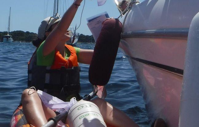Un plaisancier accepte le fanion Ecogestes Méditerranée à accrocher à son bateau en signe de son engagement.