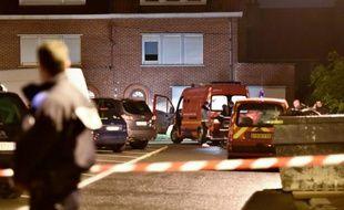 La police devant la maison où cinq membres d'une même famille ont été retrouvés morts le 21 octobre 2015 dans leur domicile d'Haubourdin (Nord), en banlieue de Lille