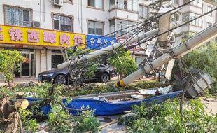 Des poteaux télégraphiques abattus par une tornade à Kaiyuan, dans la province chinoise du Liaoning, le 3 juillet 2019.