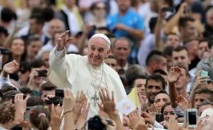 Le pape François est accueilli par les fidèles sur la place Mère Teresa le 21 septembre 2014 à Tirana