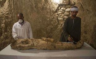 Les archéologues ont découvert, outre des objets funéraires, «une momie enveloppée dans un tissu de lin» qui, selon des études, serait «un haut responsable ou une personnalité puissante». A Louxor, le 9 décembre 2017.
