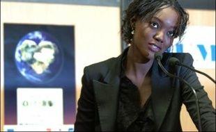"""La secrétaire d'Etat aux Affaires étrangères et aux Droits de l'Homme, Rama Yade, trentenaire née au Sénégal, a soigné son image de passeur entre les cultures, vendredi, lors de l'inauguration du """"Salon des solidarités"""", occasion d'une première sortie officielle très médiatisée."""
