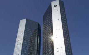 Le géant bancaire allemand Deutsche Bank a annoncé mardi un vaste plan d'économies de 3 milliards d'euros prévoyant la suppression de 1.900 postes, essentiellement en dehors de l'Allemagne, pour s'adapter à un environnement de marché de plus en plus difficile.