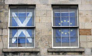 Le drapeau écossais et celui de l'Union européenne, à Edimbourg le 21 août 2020.