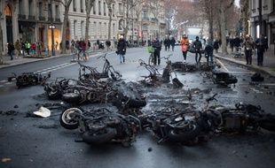 Paris, le 5 janvier 2019. Des individus ont allumé une barricade dans une rue proche des Champs-Elysées, en marge de la mobilisation des «gilets jaunes».