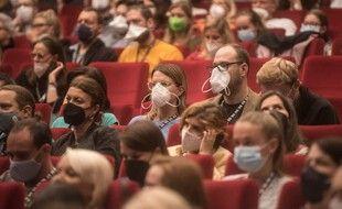 Des personnes portant le masque au cinéma (illustration).