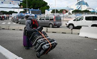 Des passagers attendent devant le port bloqué de Marseille