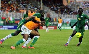 """Le match Sénégal-Côte d'Ivoire, comptant pour les barrages retour à la CAN-2013, a été """"définitivement"""" arrêté après une suspension d'une quarantaine de minutes en raison d'incidents au stade, a annoncé à la presse un responsable fédéral."""