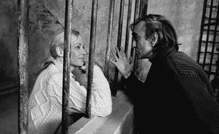 Pierre Granier-Deferre, aux côtés de l'actrice suédoise Ingrid Thulin, sur le tournage de «La Cage», en 1975.