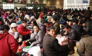 Des milliers de Chinois attendent leur train dans la salle d'attente n°6 de la gare centrale de Shanghai, le 28 janvier 2008.