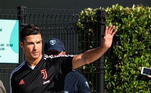 Cristiano Ronaldo se sort d'un bien mauvais pas.