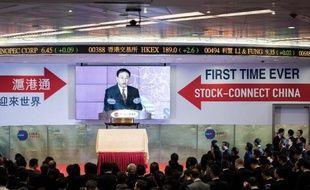 """Des invités assistent au lancement de la plateforme d'échanges boursières """"Shanghai-Hong Kong Stock Connect"""" à Hong Kong, le 17 novembre 2014"""