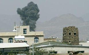 De la fumée s'échappe de bâtiments à Sanaa qui viennent d'être frappés par des raids aériens menés par l'Arabie saoudite, le 6 septembre 2015
