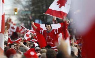 Les supporters canadiens fêtent la victoire de leur équipe de hockey aux JO de Vancouver, le 28 février 2010.