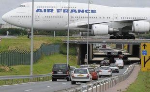 Air France prévoit de bloquer les salaires dans son plan d'économies qui doit être examiné le 11 janvier, affirme le quotidien La Tribune paru mardi, qui cite plusieurs sources concordantes.