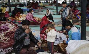Des rescapés du tremblement de terre se sont installés sous des tentes de fortune, en plein air, à Katmandou (Népal).