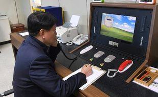 Un agent sud-coréen communique avec un agent du Nord dans le village frontalier de Panmunjom, le 3 janvier 2018.