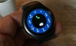 La Samsung Gear S2 tient son originalité de se cadran rotatif servant à se déplacer dans ses menus.