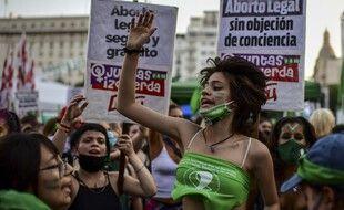 Des milliers de supportrices de la légalisation de l'avortement manifestaient devant le Sénat argentin pendant le débat.