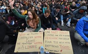 Des jeunes participent au mouvement #NuitDebout sur la place de la République, le 9 avril 2016.
