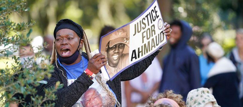 Des manifestants réclament justice pour Ahmaud Arbery devant le tribunal de Brunswick, en Géorgie, le 18 octobre 2021.