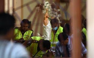 Les autorités enquêtent dans l'église Saint-Sébastien de Negombo, près de la capitale du Sri Lanka, Colombo, qui a été soufflée dimanche.