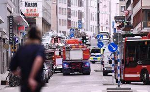 Les secours sur les lieux où un camion a renversé des passants dans le centre de Stockholm, en Suède, le 7 avril 2017.