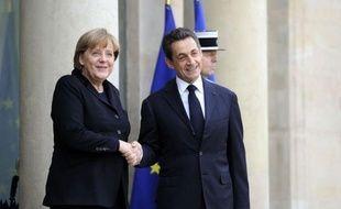 """La chancelière allemande Angela Merkel et le président Nicolas Sarkozy se sont accordés lundi sur un """"nouveau traité"""" européen, si besoin à 17, appelant à des """"sanctions automatiques"""" envers les Etats membres de l'Union européenne qui laisseraient filer leurs déficits"""