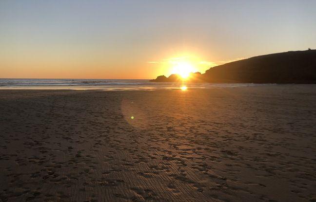 Coucher de soleil sur la plage de la Palue, à Crozon, dans le Finistère.