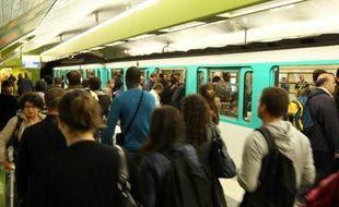 Les usagers attendent le métro sur le quai de la station Gare du Nord, le 7 septembre 2010 à Paris