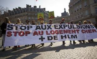 Le 01 avril 2013. Paris - Le DAL - Droit au logement - organise une marche de protestation au depart du la place du Palais Royal pour l'arret des expulsions, requisition des logements vides et la baisse des loyers.