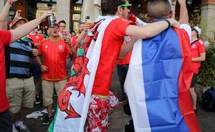 Des supporters gallois et russes sur la place du Capitole, à Toulouse, le 20 juin 2016.