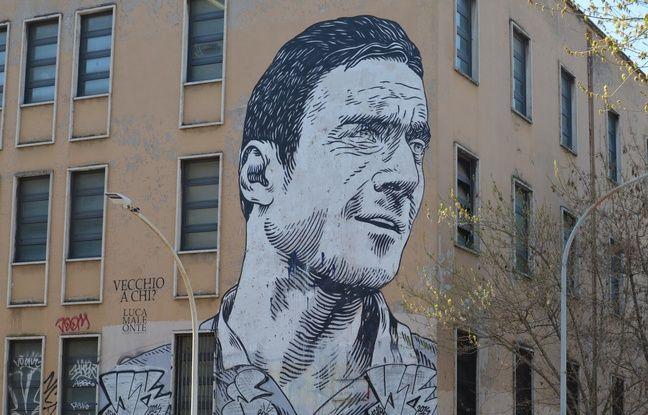 Une fresque est consacrée à Francesco Totti dans son quartier, à l'angle de la via Apulia.